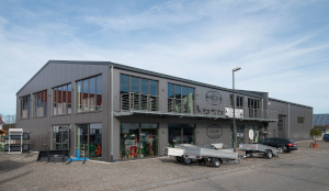 Stahlhalle mit Büroausbau, zweigeschossig und Schaufensterelementen