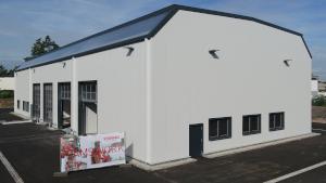 Werkstatthalle mit Sektionaltoren und schrägen Lichtbändern
