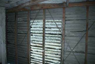 altes Dach aus Wellasbestplatten mit Lichtplatten