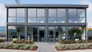 Büropavillonanlage in Modulbauweise, zweigeschossig, mit großer Schaufensterfront