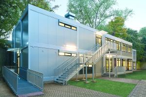 Schulcontaineranlage, zweigeschossig, mit großer Fensterfläche