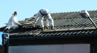 Sanierung eines Wellasbestdaches und Montage von Dachsandwichpaneelen.